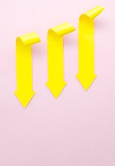 下向きの3つの黄色の矢印