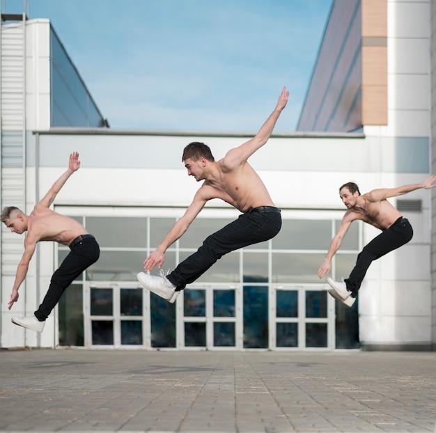 3人の上半身裸のヒップホップのパフォーマーのダンスの側面図