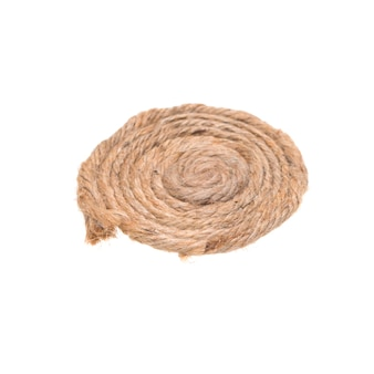 白い背景と隔離された円のパターンで巻かれた麻3本の紐