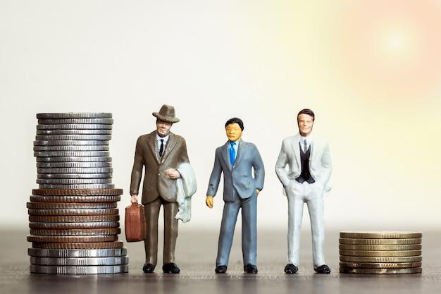 3つのモデル人ビジネスマンと金融の概念のためのお金