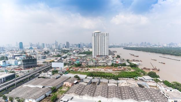 チャオプラヤ川、タイに沿ってラマ3世通りを見る霧の日にバンコクの街並み