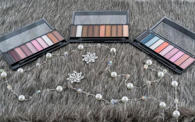 美容コンセプト:偽毛皮に3セットのアイシャドーパレット、化粧品用の化粧品