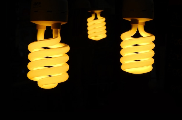 黒で3つの電球が点灯します。