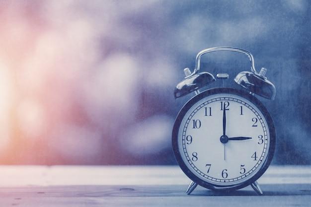 3時の古いレトロ時計青いヴィンテージ色調、古い汚れた質感のオーバーレイ