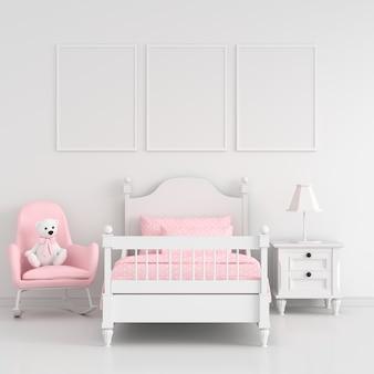 幼稚な寝室の3つの空のフォトフレーム