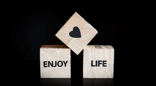 3つの木製キューブ - 人生を楽しむ