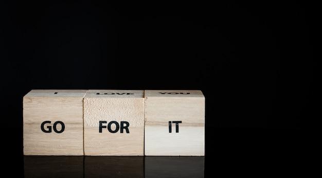 3つの木製の立方体 - それのために行きなさい