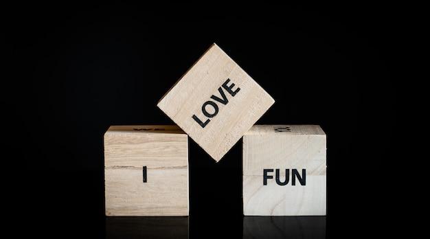 3つの木製キューブ - 私は大好きです