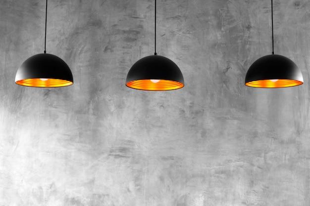 上の3つのランプが付いた空のセメント壁