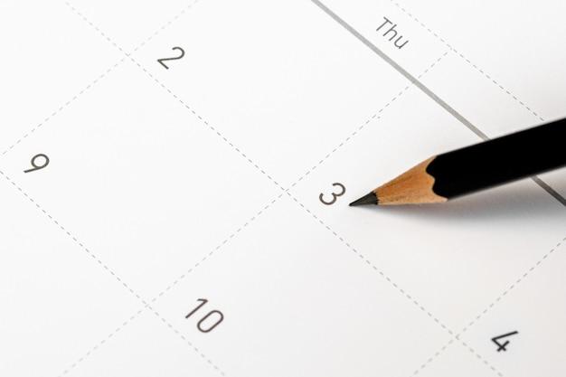 鉛筆はカレンダーの3番目を指します。