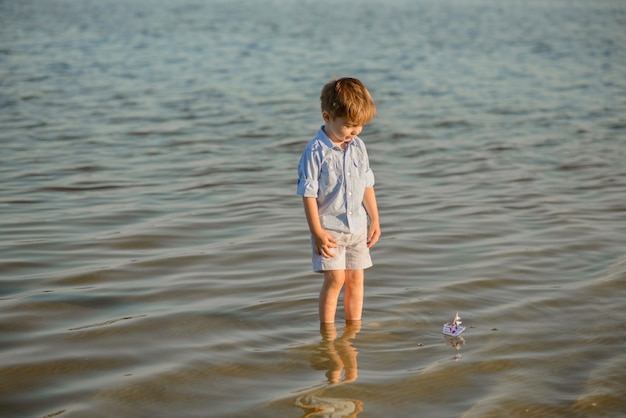ビーチで遊んで3歳の幼児男の子。夏休みに休む