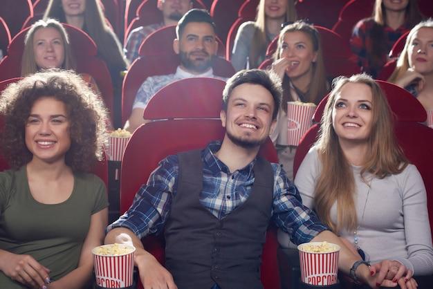 3人の仲間たちが映画館で自由時間を過ごしています。