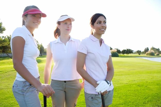 行の緑の芝生コースでゴルフ3人の女性