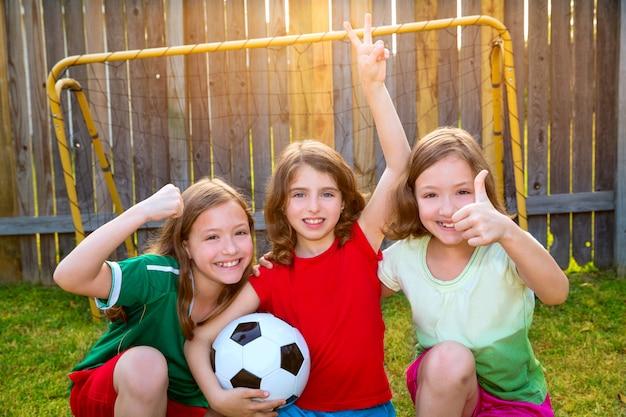 3人の姉妹の女の子の友達サッカーサッカーの勝者選手