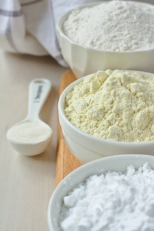 グルテンフリーの小麦粉 - 米粉、キビ粉、ポテトスターチ、キサンタンガムのスプーンの3つ