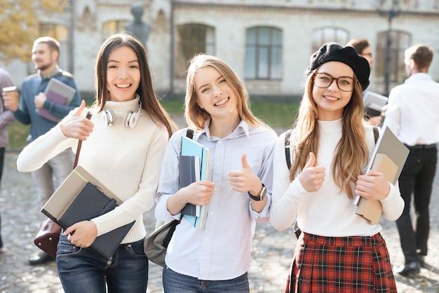 3人の学生が大学の中庭で自撮り