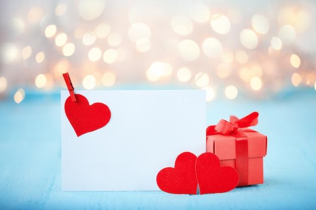 3つの赤いハートのバレンタインのグリーティングカード