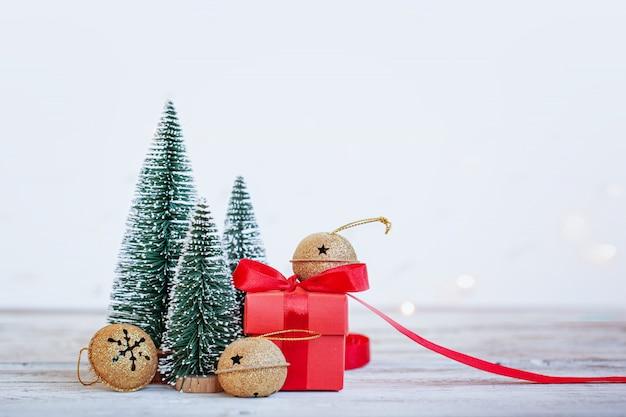 3つのモミの木と赤いボックスクリスマス休日の背景。グリーティングカード