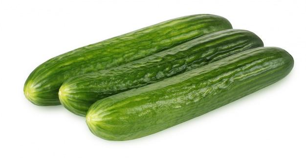 新鮮な緑の滑らかなきゅうりが分離されました。 3野菜の束。