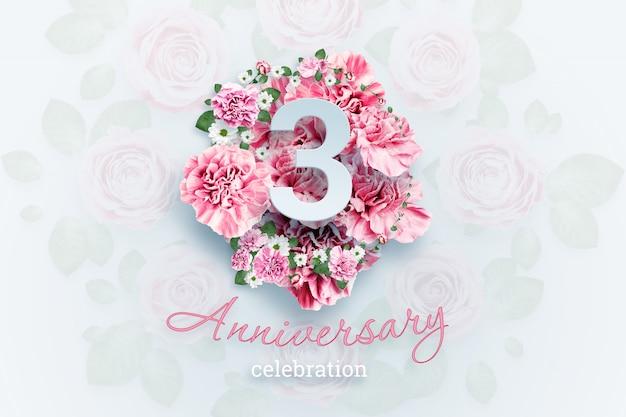ピンクの花の3つの数字と記念日のお祝いのテキストをレタリングします。