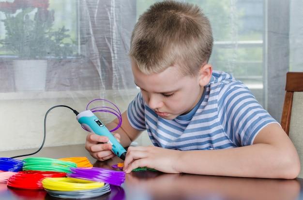 3dペンを使用する少年。着色されたabsプラスチックから花を作る幸せな子