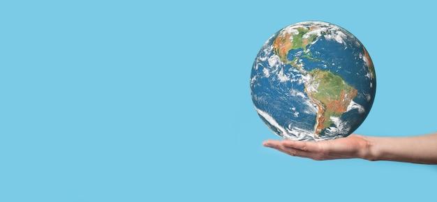 環境保護の概念のために手に3d地球惑星地球