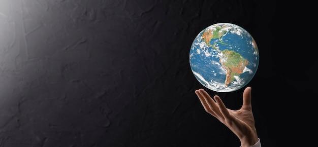 남자, 여자 손, 파란색 배경에 손에 3d 지구 행성 글로브. 환경 보호 개념입니다. nasa에서 제공한 이 이미지의 요소