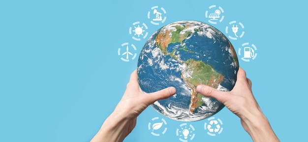 男性、女性の手、青い背景の手で3d地球惑星地球儀。環境保護の概念。 nasaから提供されたこの画像の要素。