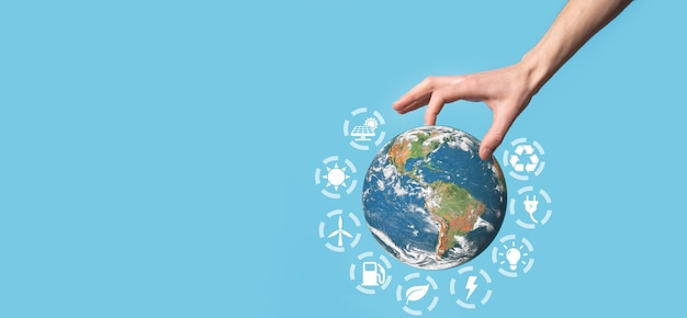 男性、女性の手、青い背景の手で3d地球惑星地球儀。環境保護の概念。