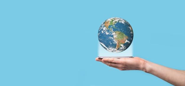 남자, 여자 손에 3d 지구 행성 지구 파란색 배경에 손.