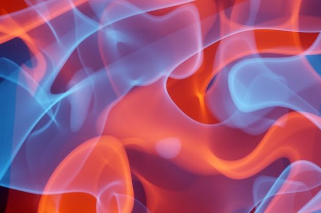 黒の孤立した背景に煙のパターンの3dイラストオレンジと青の抽象的な雲