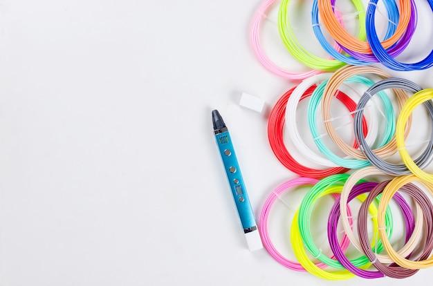 3dペンとカラフルなレインボープラスチック製pla