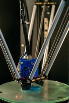 배경이 흐릿한 클로즈업에서 볼륨 세부 사항을 인쇄하는 동안 3d 프린터 프린트 헤드