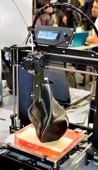 검은 꽃병 클로즈업의 형태로 모델을 인쇄하는 3d 프린터. 개념 현대 첨가제 기술입니다. 4차 산업혁명.