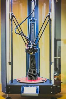 3d 프린터는 검은색 꽃병 클로즈업의 모델을 인쇄합니다. 진보적인 현대적 적층 기술 4.0 산업 혁명