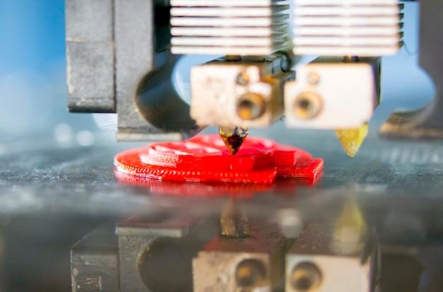 3d 프린터는 녹은 플라스틱 녹색 클로즈업의 형태를 인쇄합니다. 자동 3차원 3d 프린터는 실험실에서 플라스틱 모델링을 수행합니다. 진보적인 현대적 적층 기술