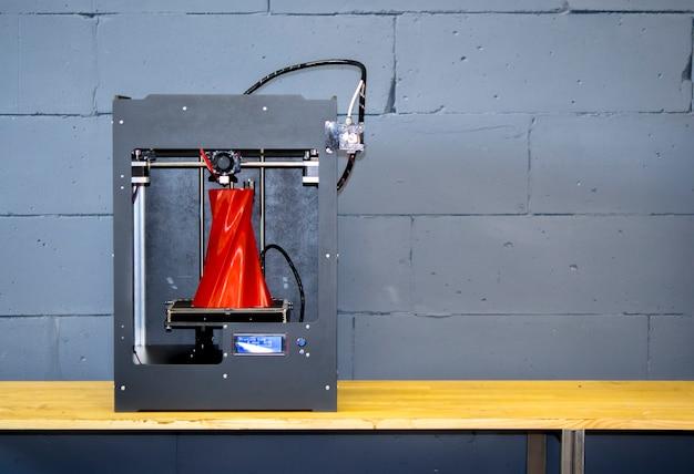 3d 프린터가 가까이에서 작동합니다. 자동 3차원 3d 프린터