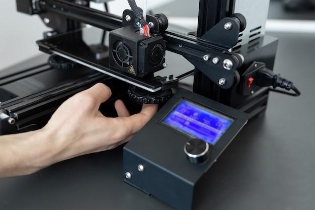 실험실에서 3d 프린팅 기계 작동