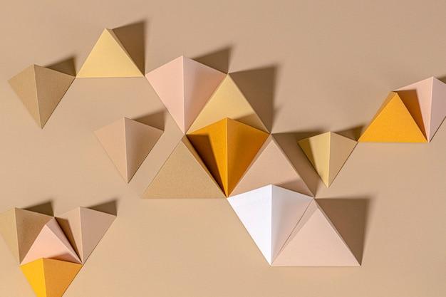 ベージュの背景に3dピラミッドペーパークラフト