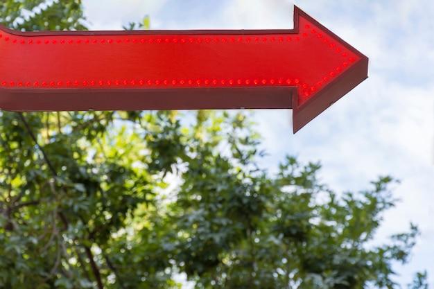 3 d赤い矢印ポインターと木
