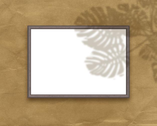 3d визуализация пустой рамки изображения с наложением тени растений на гранж-фон