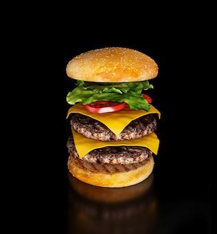 黒い壁に飛んでいるハンバーガーの3dレンダリング。