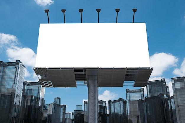 3d рендеринг пустой рекламный щит со зданиями
