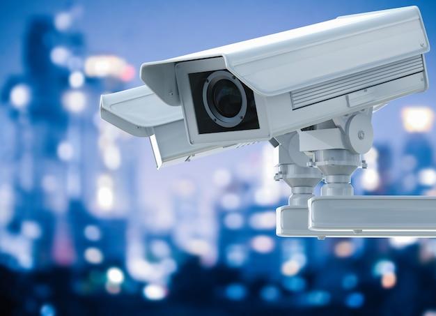 3d-рендеринг камеры видеонаблюдения или камеры безопасности на фоне городского пейзажа