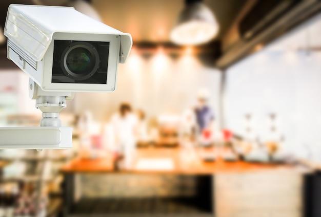 3d-рендеринг камеры видеонаблюдения или камеры безопасности в розничном магазине на размытом фоне