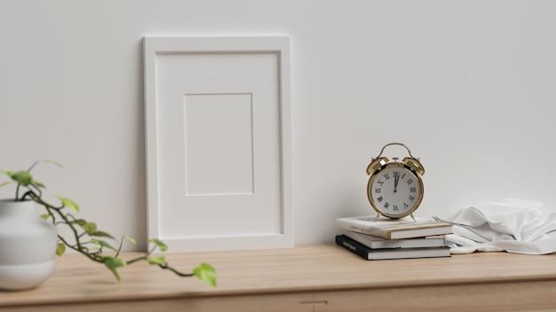 3d-рендеринг, домашний интерьер с украшениями и растениями на столе на белом фоне стены