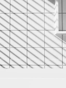 세면도구 또는 미용 제품 디스플레이를 위한 햇빛과 그림자 배경에서 최소한의 흑백 욕실 또는 주방을 렌더링하는 3d