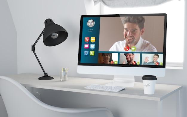 コンピュータビデオ会議のwebサイトを使用したデスクトップワークプレイスの3dレンダリング。