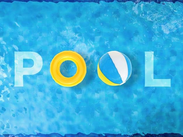 ビーチボールと水泳リングを備えた3dレンダリングプールの上面図