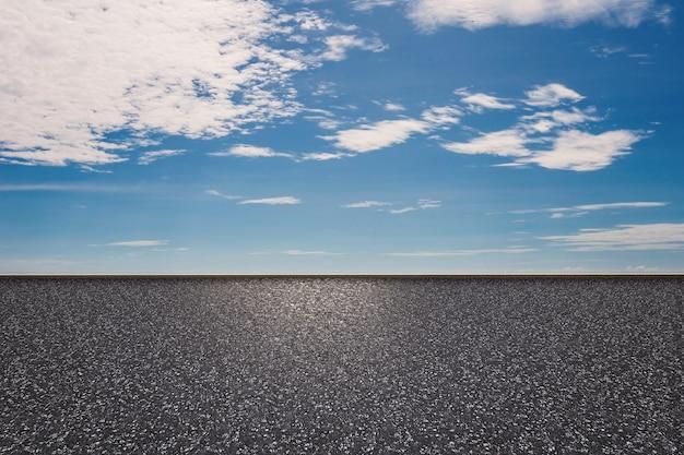 青い空を背景に3dレンダリングの道端